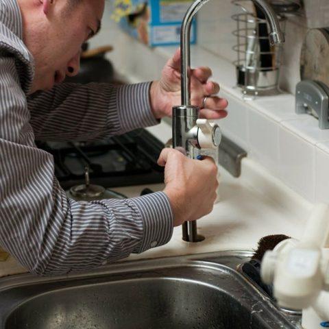 un plombier qui débouche une canalisation bouché